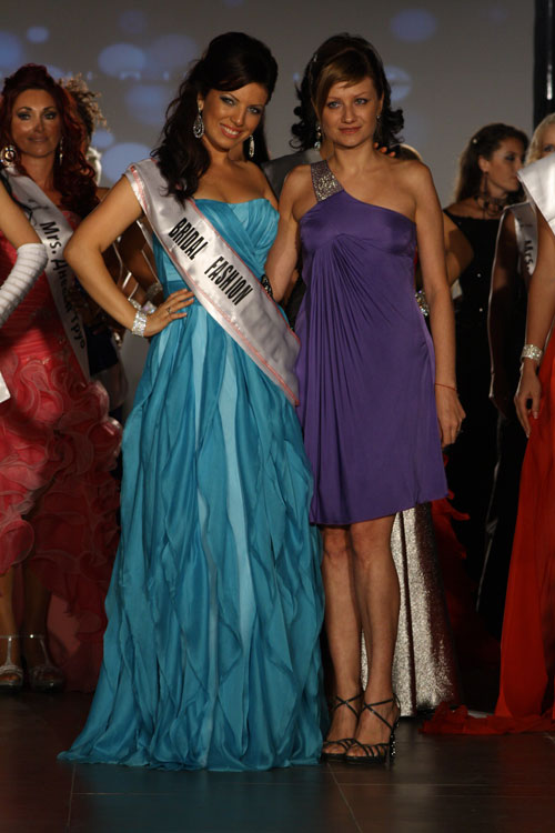 Брайдал Фешън ООД Paolina Petrakieva with a prize from Mrs. Universe 2011